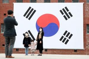 대형 태극기 앞 기념 촬영하는 시민들