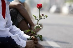 피로 물든 도로·주인 잃은 신발… 군부 총격에 30명 목숨 잃었다