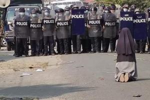 """""""차라리 날 쏘세요"""" 미얀마 경찰 앞 무릎 꿇고 애원한 수녀님"""