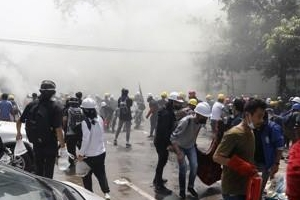 """미얀마 군경 또 시위대에 총격…""""최소 8명 사망"""""""