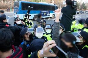 '정인이 양모' 호송차 나가자 항의하는 시민들