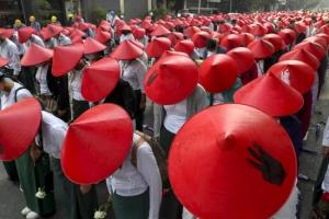 미얀마 또 최소 13명 사망… 거리 나온 교사들 '쿠데타 항의 시위…