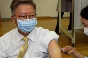 """백신 접종자, 마스크 벗어도 된다?…정부 """"국내 상황 보고 판단"""""""