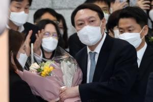 """""""윤석열, 사퇴 직후 지지율 급상승해 단숨에 1위""""(종합)"""