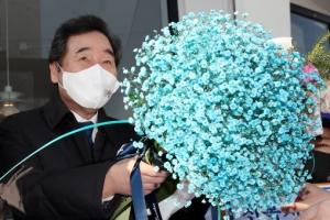 '파란 꽃다발 든' 이낙연