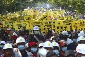미얀마 군부 계엄령 선포 임박설...여전히 이어진 시위대 강제진압