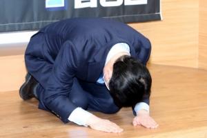 '민주당 시장 잘못으로'… 김영춘 후보, 사죄의 큰절