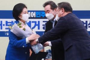 공천장과 꽃다발 받는 박영선 후보
