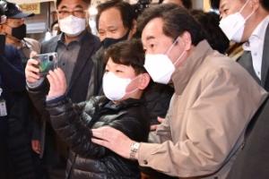 [서울포토] 초등학생과 셀카 찍는 이낙연 상임선대위원장