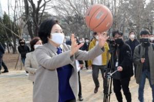 [포토] 아이들과 농구하는 박영선 후보