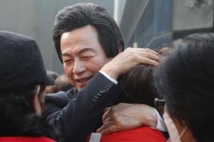 [포토] '서울시장 후보 등록' 허경영, 지지자들과 포옹