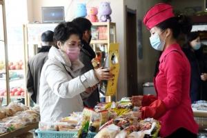 [포토] 평양식 '복합 대형마트'서 쇼핑 중인 북한 주민