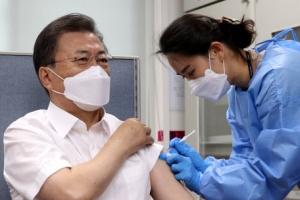 [포토] AZ 백신 접종하는 문 대통령