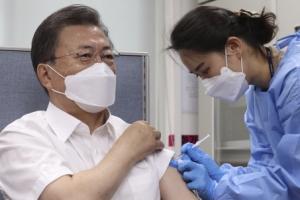 [서울포토] 아스트라제네카 백신 접종하는 문 대통령