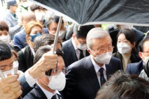 [포토] '우산으로 막고'…김종인, 험난한 광주 방문