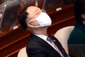 [포토] '피곤' 홍남기 부총리, 국회 본회의 참석