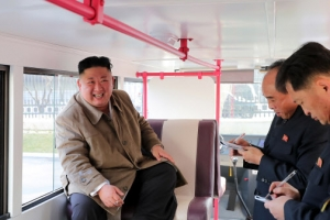 [포토] 탄도미사일 참관 대신 여객버스 오른 北 김정은