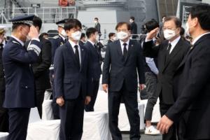 [포토] 한미연합사령관에게 경례 받는 문재인 대통령