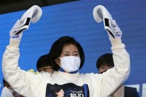 [포토] '복싱 글러브 선물' 받은 박영선