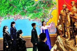 [포토] '사상교육' 받는 북한 주민들