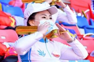 [포토] 마스크 쓴 응원단… 북한 태양절 경축 체육대회