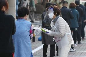 [포토] 손소독하고 비닐장갑 끼고…투표 방역수칙 '철저히'