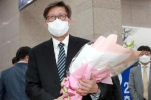 [포토] '첫 출근' 꽃다발 받은 박형준 부산시장