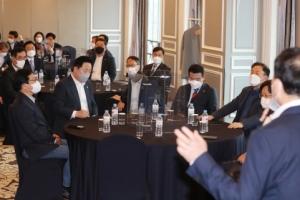 [서울포토] 더불어민주당 재선의원, '재보선 참패 쇄신' 논의