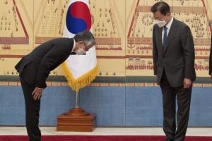 [서울포토] 신임 주한 일본 대사와 인사하는 문재인 대통령