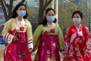 [서울포토] '태양절 축하' 한복 입은 북한 여성들