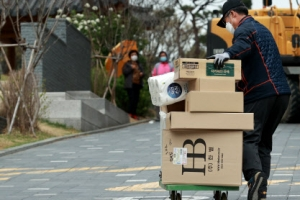 결국, 강동 아파트 단지 택배 손수레로 개별배송