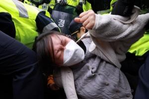 경찰에 가로막힌 '일본 정부 규탄' 대학생