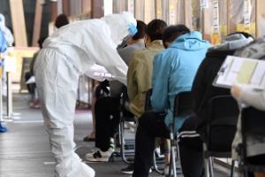 코로나 19 검사 대기중인 시민들