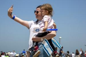 마스크 벗어던진 이스라엘…'축제'에도 확진 100명 아래로