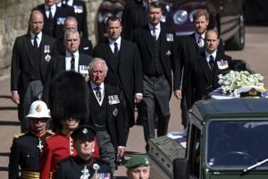 운구 중 떨어져 걸은 윌리엄·해리 왕자… 장례식 뒤엔 대화 나눠