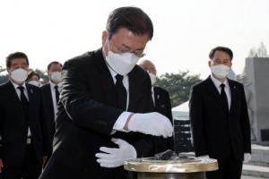"""文, 4·19 민주묘지 참배…""""더 성숙한 민주주의 향해 나아가야"""""""