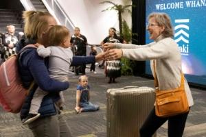 호주-뉴질랜드, 코로나 장벽 사라진 첫날… 그리운 엄마 품으로