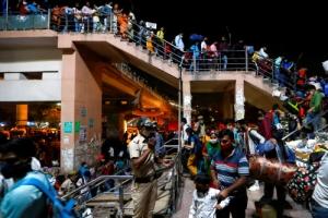 인도 '코로나 봉쇄령'에 이주노동자들 탈출 행렬