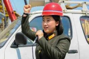 [포토] '건설현장에 활력을' 독려하는 북한 여성 선전대