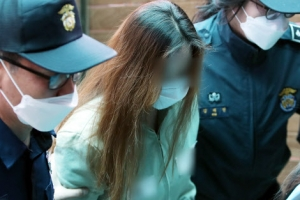 """""""억울하냐"""" 질문에 꾹 다문 입…'구미 3세' 친모 첫 재판 출석"""