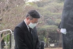 """""""피해자님이여!""""… 현충원에서 무릎 꿇은 민주당 왜?"""
