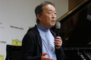 """""""첫사랑에 다시 이끌려"""" 지휘봉 놓고 피아노 치는 정명훈"""