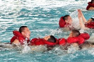 수상행군하는 해군 훈련병들