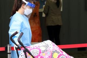 코로나19 선별검사소, 아기 돌봐주는 의료진