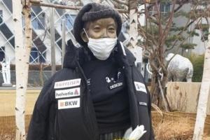 일본 패딩 입히고 침 뱉고… '수난의 소녀상'