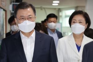[포토인사이트] 코로나 19 백신 2차 접종 하는 문재인 대통령 내외