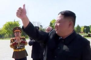 [포토] 김정은, 청년들에게 '엄지척'