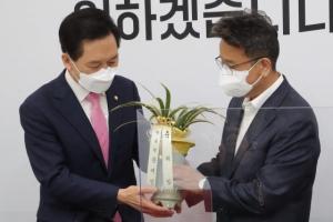 [서울포토] 문 대통령 축하난 전달받는 김기현 권한대행