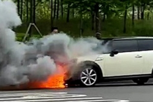 """""""차에서 연기나요!"""" 달리던 BMW 미니쿠퍼서 불…BMW 또 화재"""
