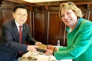 [포토] '방미' 황교안, 북한자유연합 대표와 악수